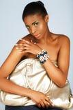 Mujer africana con el bolso de plata Fotos de archivo libres de regalías