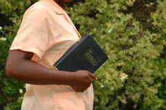 Mujer africana con la biblia fotos de archivo libres de regalías