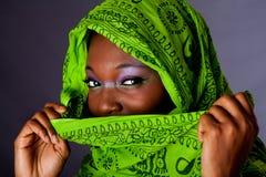 Mujer africana con la bufanda foto de archivo libre de regalías