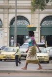 Mujer africana con la cesta de naranjas Foto de archivo libre de regalías