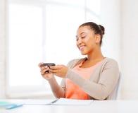 Mujer africana con smartphone en oficina Fotografía de archivo libre de regalías