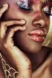 Mujer africana con sombreador de ojos mojado. imagenes de archivo