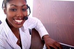 Mujer africana de Amrican con el ordenador Fotografía de archivo
