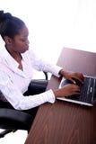Mujer africana de Amrican con el ordenador Fotos de archivo libres de regalías
