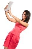 Mujer africana de la raza mixta que toma la foto del uno mismo del selfie Foto de archivo libre de regalías
