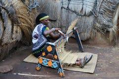 Mujer africana del Zulú que lleva el st hecho a mano tradicional de la armadura del traje Fotografía de archivo libre de regalías