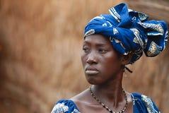 Mujer africana en alineada azul Fotos de archivo