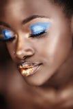 Mujer africana en oro Imagen de archivo libre de regalías