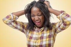 Mujer africana enojada joven con las manos para arriba Fotografía de archivo