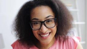 Mujer africana feliz que se divierte y que hace caras almacen de metraje de vídeo