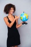Mujer africana feliz que sostiene el globo Fotos de archivo libres de regalías