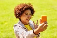 Mujer africana feliz que toma el selfie con smartphone Fotos de archivo libres de regalías