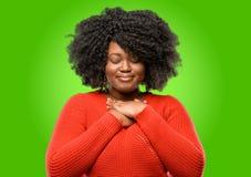 Mujer africana hermosa con el pelo rizado fotografía de archivo libre de regalías