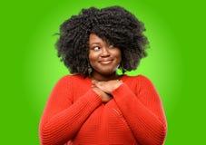 Mujer africana hermosa con el pelo rizado imagen de archivo libre de regalías