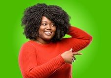 Mujer africana hermosa con el pelo rizado imagen de archivo