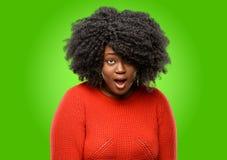 Mujer africana hermosa con el pelo rizado foto de archivo libre de regalías