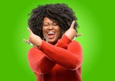Mujer africana hermosa con el pelo rizado aislado sobre fondo verde fotografía de archivo libre de regalías