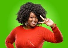 Mujer africana hermosa con el pelo rizado aislado sobre fondo verde fotos de archivo libres de regalías
