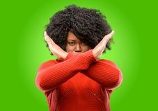 Mujer africana hermosa con el pelo rizado aislado sobre fondo verde imagen de archivo libre de regalías