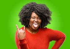 Mujer africana hermosa con el pelo rizado aislado sobre fondo verde imagen de archivo
