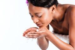 Mujer africana hermosa en estudio con el agua dulce Imagenes de archivo