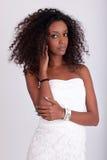 Mujer africana hermosa joven con el pelo rizado Imágenes de archivo libres de regalías