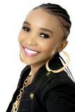 Mujer africana hermosa joven que lleva una chaqueta negra Fotos de archivo libres de regalías
