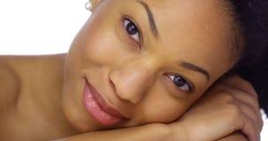 Mujer africana hermosa y atractiva imagen de archivo libre de regalías