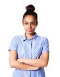 Mujer africana joven atractiva que se coloca con sus brazos cruzados Imágenes de archivo libres de regalías