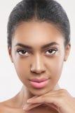 Mujer africana joven confiada con aspecto bonito imagenes de archivo