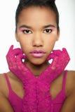 Mujer africana joven en guantes rosados Foto de archivo libre de regalías