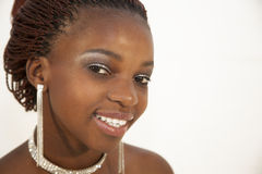 Mujer africana joven hermosa que sostiene un vidrio de vino rojo Fotografía de archivo