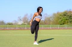 Mujer africana joven muscular apta Imagen de archivo
