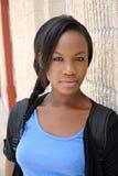 Mujer africana joven presentada al lado de la pared Fotos de archivo libres de regalías