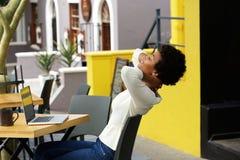 Mujer africana joven que se relaja en el café al aire libre fotos de archivo libres de regalías