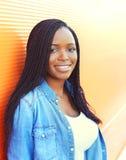 Mujer africana joven sonriente hermosa del retrato Imagenes de archivo