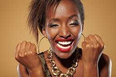 Mujer africana que anima feliz Imagen de archivo libre de regalías