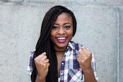 Mujer africana que anima que mira la cámara Imagenes de archivo