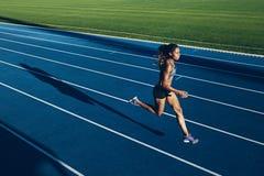 Mujer africana que corre en pista Imagen de archivo libre de regalías