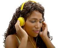 Mujer africana que escucha la música foto de archivo