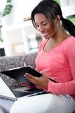 Mujer africana que estudia en casa Fotografía de archivo