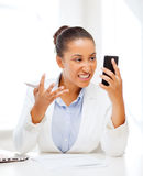 Mujer africana que grita en smartphone Fotos de archivo