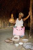 Mujer africana que hace la cerveza Imagenes de archivo