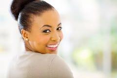 mujer africana que mira detrás imagen de archivo