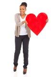 Mujer africana que presenta el corazón Foto de archivo libre de regalías