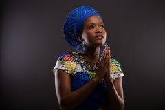 Mujer africana que ruega Fotografía de archivo libre de regalías
