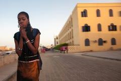 Mujer africana que ruega en la calle del Saint Louis Imagen de archivo libre de regalías
