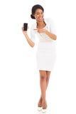 Mujer africana que señala el teléfono móvil imagen de archivo