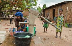 Mujer africana que trae el agua Imágenes de archivo libres de regalías