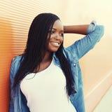 Mujer africana sonriente feliz hermosa del retrato en ciudad Imagen de archivo